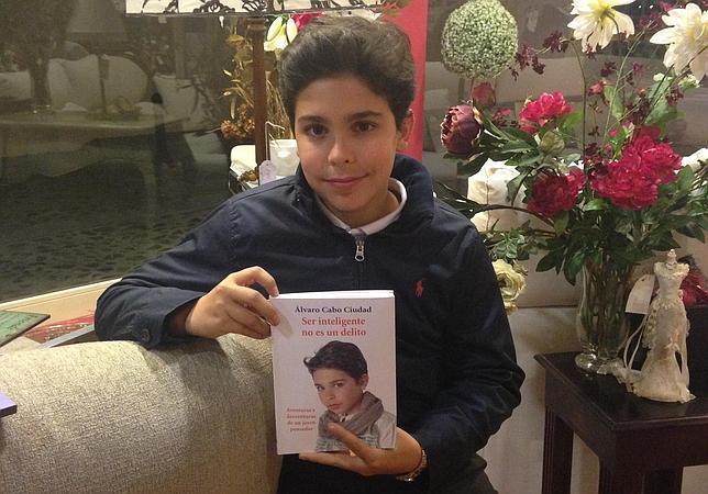 Álvaro Cabo posa con su libro «Ser inteligente no es un delito. Aventuras y desventuras de un pequeño pensador»
