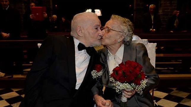 Exnovios se encuentran después de 70 años en Facebook y se casan en el lago Como