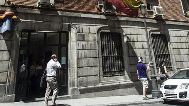 Una paliza por orinar frente a la fachada de la comisaría de Policía - ABC.es