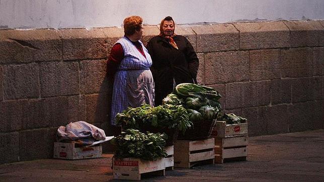Vendedoras de grelos en una plaza de Santiago