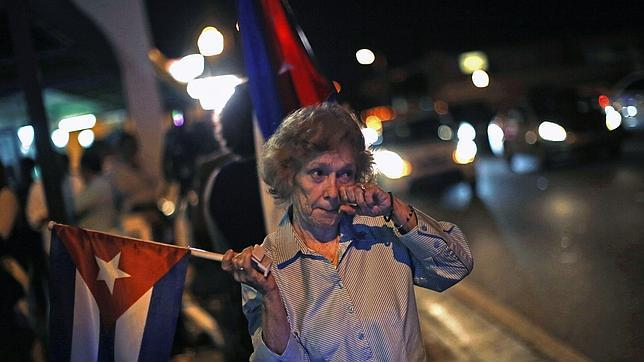 Una cubana llora tras el anuncio de Barack Obama y Raúl Castro