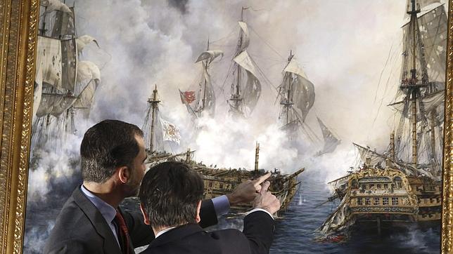 Don Felipe recibe las explicaciones de Augusto Ferrer Dalmau ante el lienzo que ya cuelga en el Museo Naval