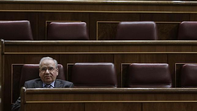 Alfonso Guerra ocupa su escaño en el Congreso