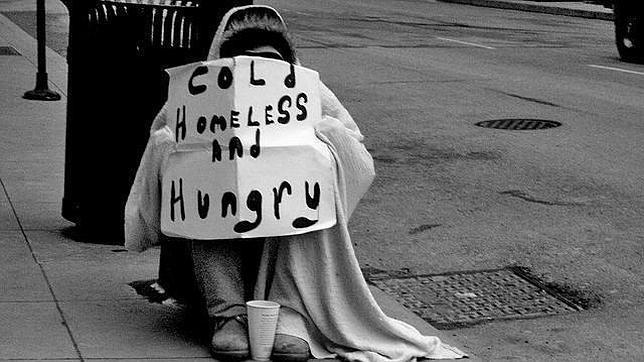 Recauda más de 17.000 euros para un indigente que le ofreció dinero para regresar a casa