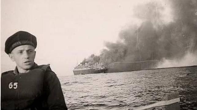 El «SS Columbus» se hunde, al fondo de la fotografía, mientras, en primer término, uno de sus tripulantes rema en uno de los botes salvavidas