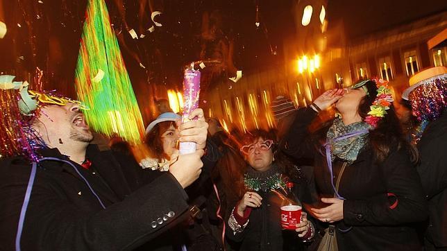 Varias personas, celebrando el nuevo año en la Puerta del Sol