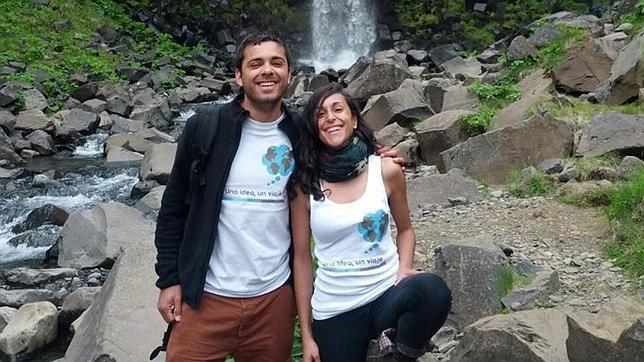 Javier Pérez y su acompañante en uno de los destinos de su viaje