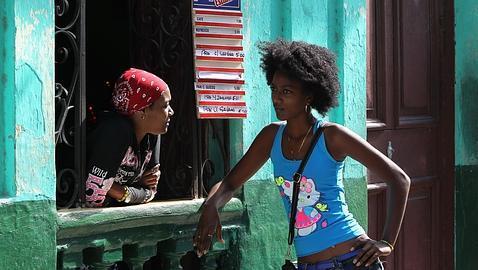 Dos mujeres, en una cafetería pequeña en La Habana