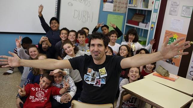 César Bona junto a sus alumnos de este curso del colegio público Puerta de Sancho de Zaragoza