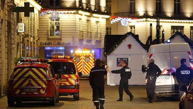 Mercado navideño en Nantes donde un hombre atropelló a una decena de personas dejando seriamente heridas a cinco