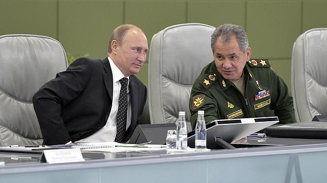 Putin y el ministro de Defensa, Sergei Shoigu
