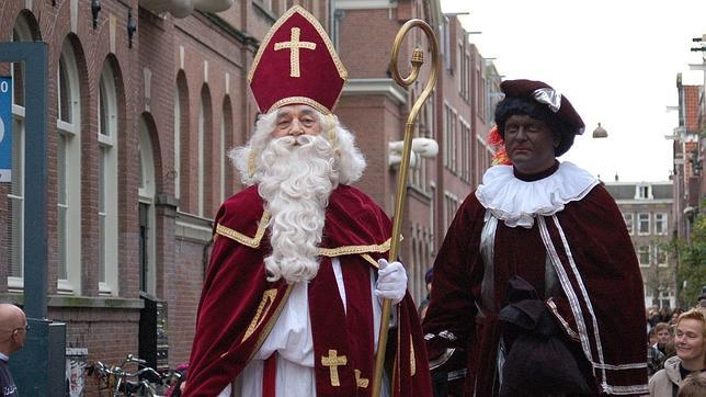San Nicolás (Sinterklaas) desfila por las calles de Holanda
