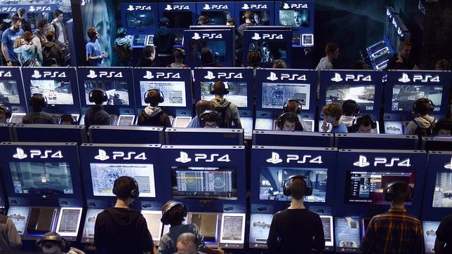 Jugadores probando la PS4 de Sony