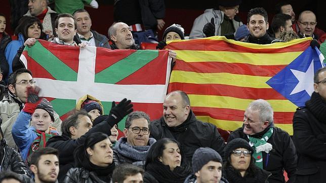 """Lso aficionados ondearon las banderas vasca y la """"estelada"""" en el encuentro Cataluña-Euskadi"""