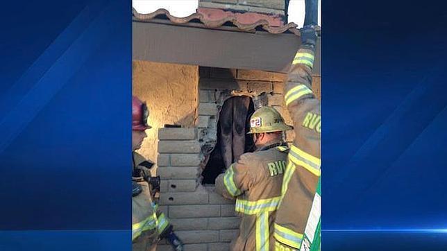 Rescatan de una chimenea a una mujer que intentaba colarse en la casa de su expareja