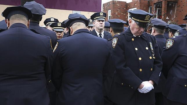 Decenas de policías vuelven a dar la espalda al alcalde de Nueva York en el funeral de un compañero