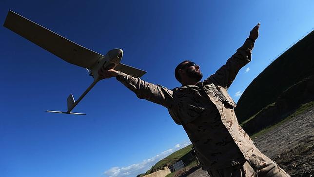 Un militar español en Afganistán con el avión no tripulado Raven