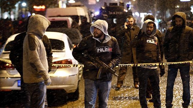 Un ataque suicida contra una comisaría del centro de Estambul deja un policía muerto