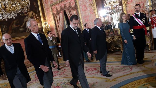 Los Reyes, junto a ministros del Gobierno (Fernández Díaz y Morenés) y el jefe del Ejecutivo, Mariano Rajoy