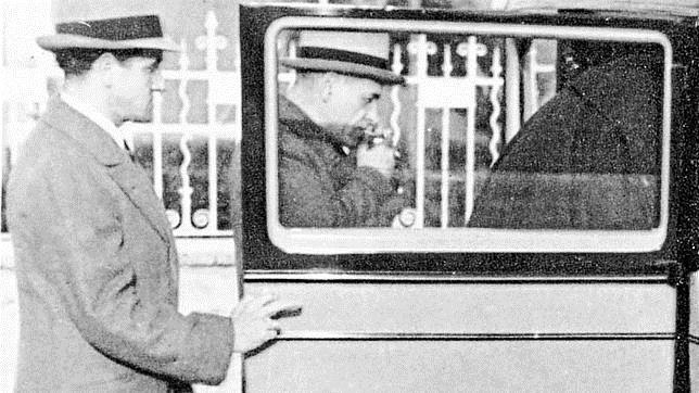 Ortega enciende un cigarrillo antes de entrar en un automóvil en 1930