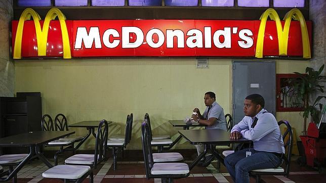 Un hombre espera este martes en un McDonald's de Caracas