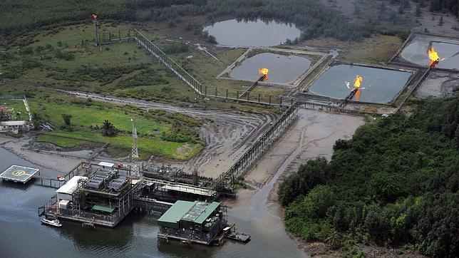 Foto aérea de una instalación de Shell en el delta del Níger