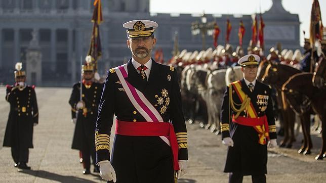 Don felipe mantiene la alternancia del uniforme de los - La casa de los uniformes sevilla ...