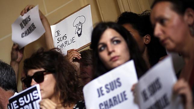 Manifestación de solidaridad frente a la Embajada de París en Buenos Aires