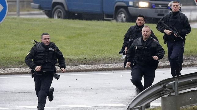 La policía francesa se ha desplegado en la zona