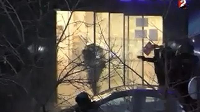 Fotograma del vídeo del asalto a la tienda de comida judía en París