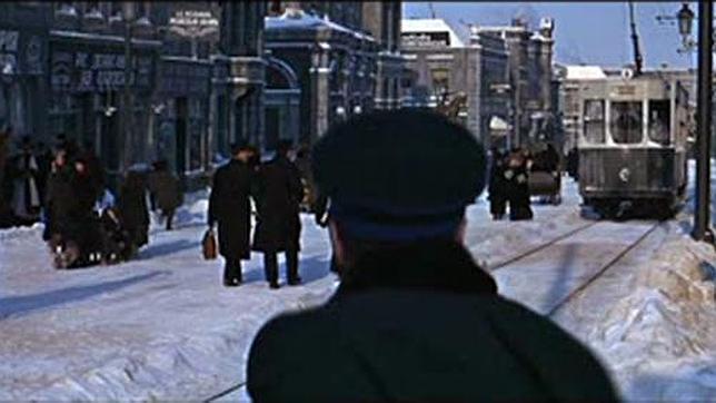 Fotograma de la película «Doctor Zhivago», con una calle de Moscú reproducida, con tranvía y todo, en el barrio madrileño de Canillas