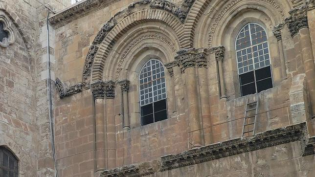¿Qué hace esta escalera en una ventana del Santo Sepulcro desde 1757?