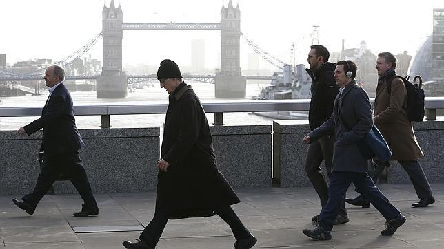 Viandantes cruzan el Puente de Londres