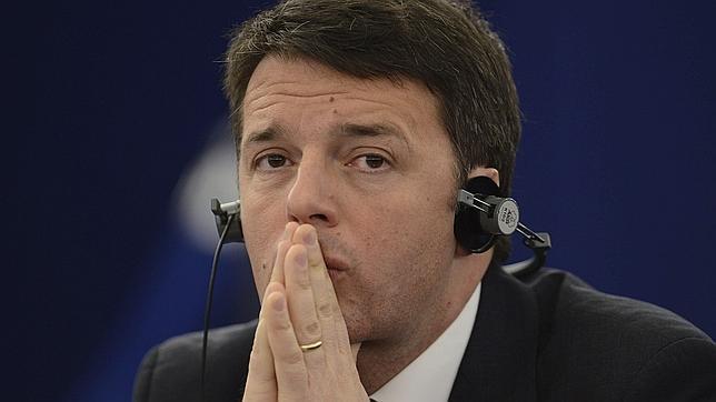 Matteo Renzi atiende a la declaración sobre el 70º aniversario de la liberación de Auschwitz durante una sesión plenaria del Parlamento Europeo (PE) celebrada en Estrasburgo (Francia)