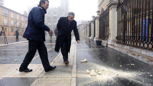 El alcalde de León y el jefe de la policía local se han acercado al lugar del desprendimiento