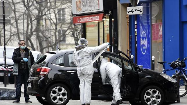 Los policías analizan el coche usado por los terroristas para el ataque