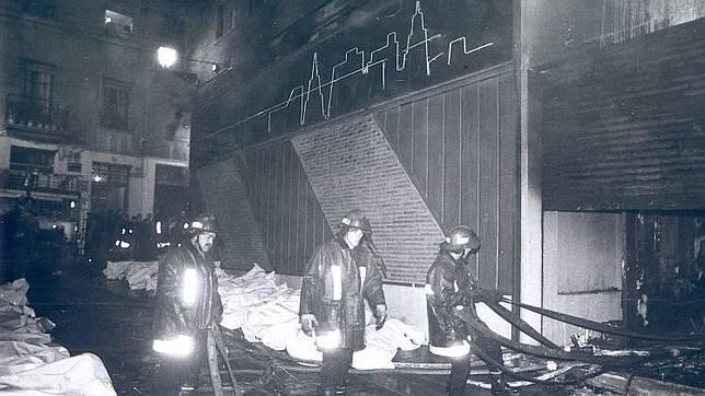 Bomberos a las puertas de la discoteca, con los cadáveres alineados en la calle