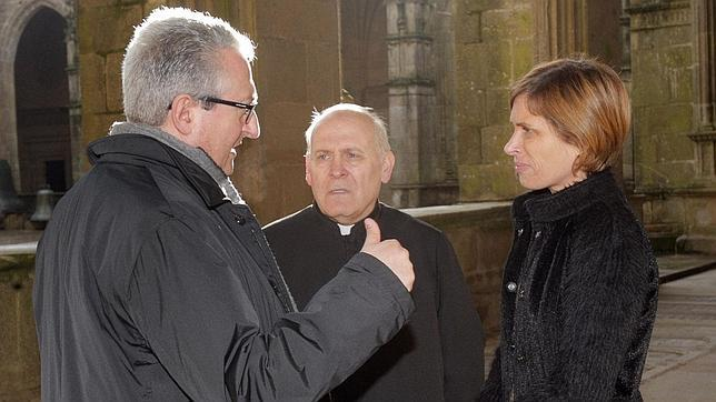 Daniel Lorenzo, presidente de la Fundación Catedral; Segundo Pérez, deán de la Catedral de Santiago; y Nava Castro, directora de Turismo de la Xunta, en el claustro del santuario