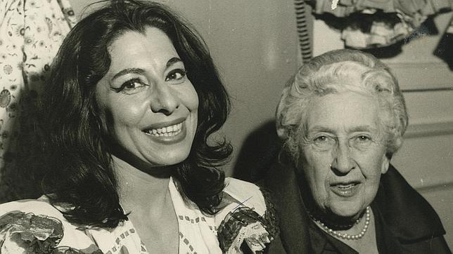La actriz junto a la escritora