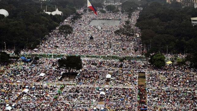 Imagen aérea de la multitudinaria misa del Papa Francisco en Manila