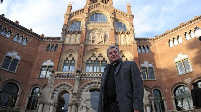 El religioso, frente al Hospital Sant Pau de Barcelona