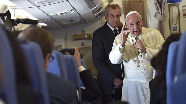 El papa Francisco se dirige a los periodistas que comparten su vuelo desde Manila a Roma