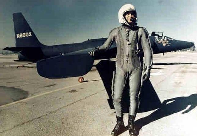 El legendario piloto EEUU, Francis Gary Powers, posa delante de un avión U-2.