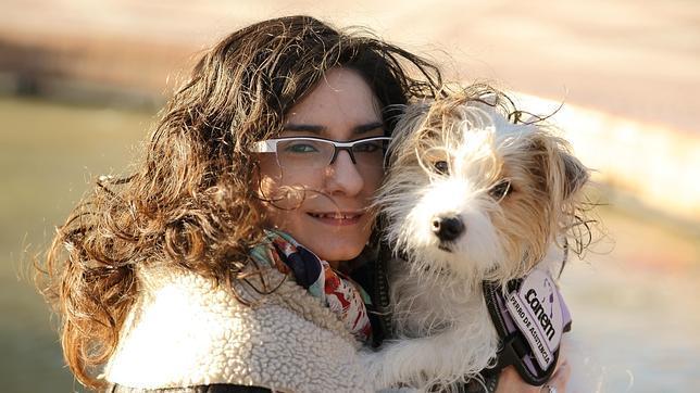 Lidia Nicuesa enferma de diabetes de Canem con su perra Cini, primera perra de asistencia médica de diabetes
