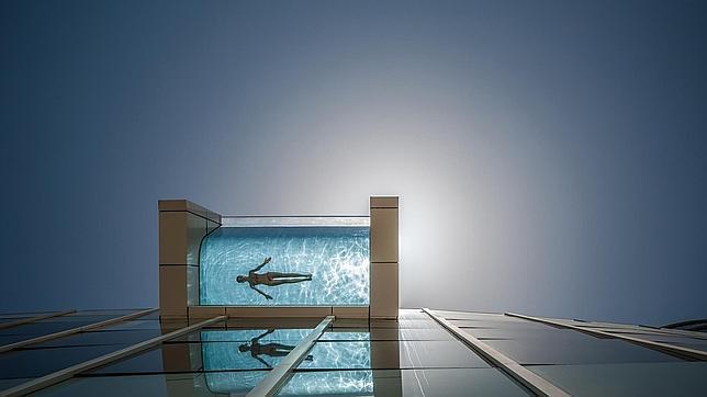 Fotos piscina no apta para vertiginos s for Edificio movil en dubai