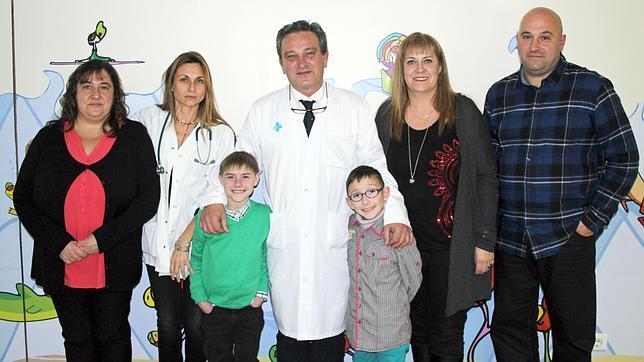Fotografía de las familias con el equipo. De izquierda a derecha: Maria Isabel Moreno, Susana Redecillas, Alex Curero, Javier Bueno, Alex Gil, Yolanda Burgos e Isidoro Gil