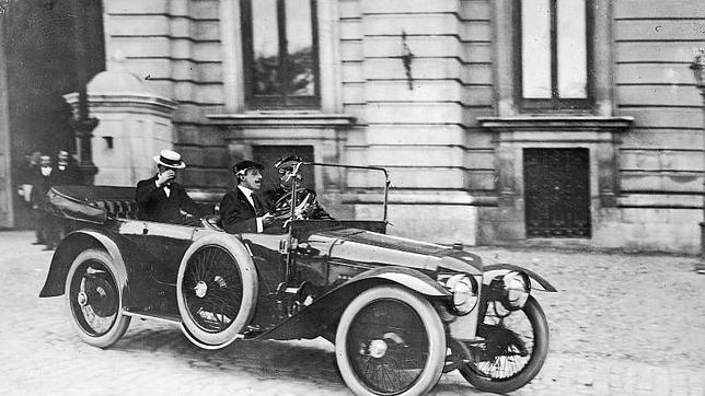 El primer coche que circuló por Madrid debía dar prioridad a los caballos