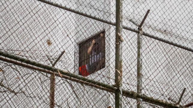 Leopoldo Gutiérrez, asomado por la ventana de su celda en la prisión militar de Ramo Verde