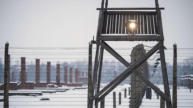 Una torre de vigilancia cercada por alambre de púas en Auschwitz-Birkenau