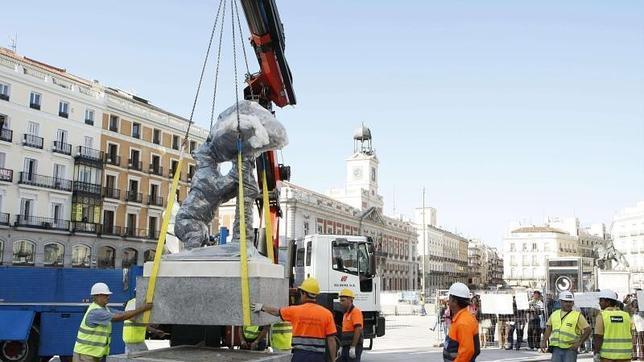 Una grúa del Ayuntamiento de Madrid colocaba en 2009 la estatua del Oso y el Madroño frente a la estación de Sol